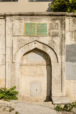 Un fragmento de una mezquita antigua con los modelos árabes tradicionales en el centro de Estambul Foto de archivo libre de regalías