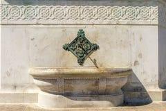 Un fragmento de una mezquita antigua con los modelos árabes tradicionales en el centro de Estambul Foto de archivo