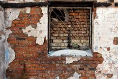 Un fragmento de una pared de ladrillo vieja con la ventana Imagen de archivo libre de regalías