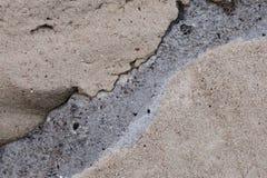 Un fragmento de una pared de los bloques de cemento, a lo largo de los cuales las grietas fueron fotos de archivo libres de regalías