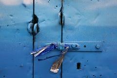 Un fragmento de una puerta del azul-hierro en el garaje viejo Fotografía de archivo