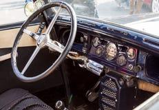 Un fragmento del salón de un coche retro viejo tablero de instrumentos del transporte Imagenes de archivo