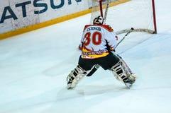 Un fragmento del tiro de pena del hockey se realizó por el jugador de hockey joven Foto de archivo libre de regalías
