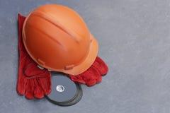 Un fragmento del trabajador de los accesorios corta el metal Foto de archivo libre de regalías