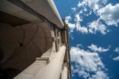 Un frais généraux de construction et le ciel et les nuages. Photo stock