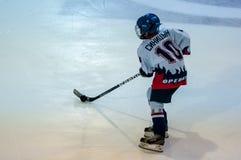 Un frammento del calcio di punizione dell'hockey ha eseguito tramite il giovane giocatore di hockey Immagine Stock