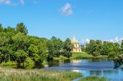 Un frammento del palazzo di Oranienbaum sulla riva opposta del lago Fotografie Stock Libere da Diritti