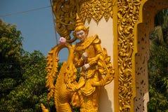 Un frammento della decorazione del cancello dorato Mya Tha Lyaung Reclining Buddha Pegu Myanma burma fotografia stock