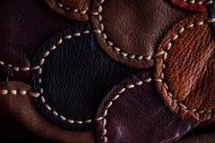 Un frammento di una borsa di cuoio e di una borsa fatte dei pezzi colorati multi Cucitura del cuoio bianco Immagine Stock Libera da Diritti
