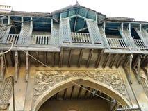 Un frammento di vecchia casa a due piani con la scultura e dell'ornamento floreale nel sud dell'India Immagine Stock
