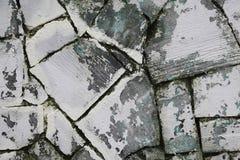 Un frammento di vecchia parete di arenaria grigia di pietra naturale segata con le tracce di bianco della calce della sbucciatura Immagine Stock