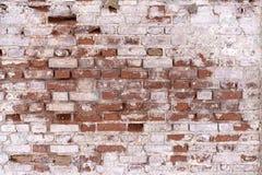 Un frammento di vecchio muro di mattoni non restaurato sfaldato di una chiesa orthodoxal in una piccola città russa fotografia stock