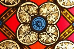 Un frammento di vetro macchiato Frammento di vetro ornamentale colorato della finestra della chiesa Immagini Stock Libere da Diritti