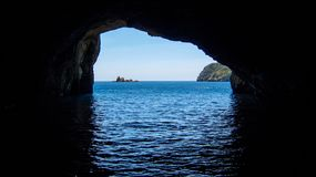 Un franare l'oceano con un'isola nel bakcground fotografia stock