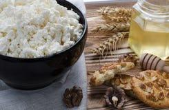 Un fromage blanc de petit déjeuner sain sont au plat noir sur le fond en bois images stock