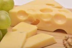 Un fromage sur le conseil en bois Image libre de droits