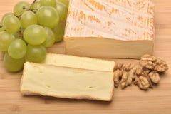 Un fromage sur le conseil en bois Photo stock