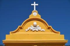 Un frontón de la puerta del cementery adornado por el Tonenkopf Mertola portugal foto de archivo