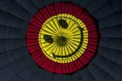 Un fronte sorridente visualizzato sull'interno di un baldacchino della mongolfiera a Goreme in Turchia Immagini Stock