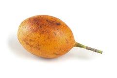 Singolo frutto della passione maturo su bianco. Fotografia Stock Libera da Diritti