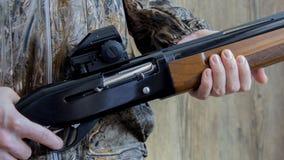 un fucile da caccia di 12 calibri con le pallottole immagine stock libera da diritti