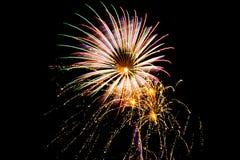 Un fuego artificial grande con tres pequeñas explosiones del fuego artificial fotos de archivo
