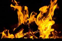 Un fuego brillante Fotos de archivo libres de regalías