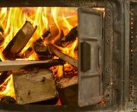 Un fuego de madera para la chimenea Imagenes de archivo