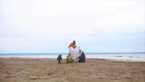 Un fuego determinado de la familia amistosa a una linterna de papel cerca de la playa con el mar almacen de video