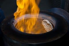 Un fuego en el horno del tandoori con pan naan dentro imagen de archivo