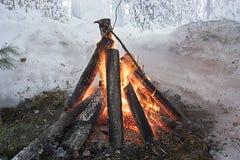 Un fuego en un borde del bosque del invierno Imagen de archivo libre de regalías