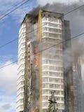 Un fuego en un edificio alto Fotografía de archivo libre de regalías