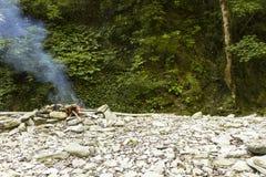 Un fuego está quemando en las montañas Fotografía de archivo