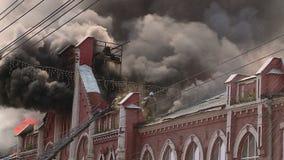 Un fuego grande en un edificio hist?rico en Kirov, Rusia almacen de video