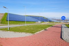 Un ful di hilside dei pannelli solari che forniscono energia elettrica pulita immagine stock