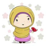 Un fumetto musulmano sveglio della ragazza con la farfalla rossa sulla sua mano illustrazione vettoriale