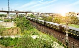Un funzionamento del treno ad alta velocità su un ponte elevato Immagini Stock Libere da Diritti