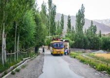Un funzionamento dello scuolabus sulla strada in Ladakh, India Fotografie Stock Libere da Diritti
