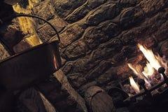 Un fuoco ardente in un posto aperto del fuoco Fotografia Stock
