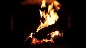 Un fuoco brucia in un camino video d archivio