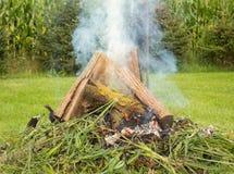 Un fuoco di fuoco senza fiamma del cortile ad un'azienda agricola canadese nell'estate Immagini Stock Libere da Diritti