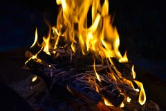 Un fuoco zingaresco sta bruciando fotografia stock