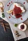 Un gâteau avec des pêches Photographie stock libre de droits