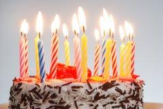 Un gâteau d'anniversaire avec les bougies allumées photo libre de droits