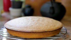 Un gâteau dans une cuisine