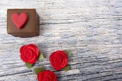 Un gâteau de chocolat avec des coeurs sur un fond gris Image stock