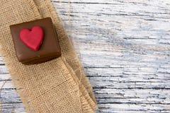 Un gâteau de chocolat avec la toile de jute Image stock