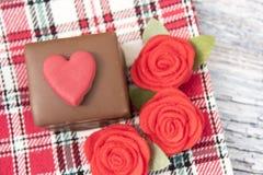 Un gâteau de chocolat avec les roses rouges Images libres de droits