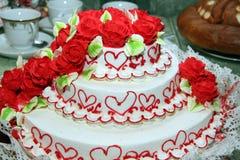 Un gâteau de fête lumineux pour les nouveaux mariés Photos stock