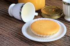 Un gâteau fait maison mou avec le thé anglais, petit déjeuner léger pendant le matin photo libre de droits